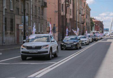 Автопробег в честь медиков: как добровольцы Петербурга поздравили медработников